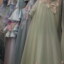 カラードレスの一例。