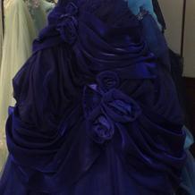 ロイヤルブルーが綺麗なドレス。