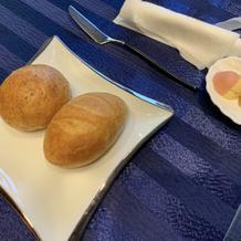 全粒粉、フランスパン、フレーバーバター