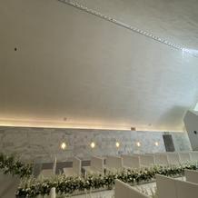 チャペルの天井に映像がうつせ