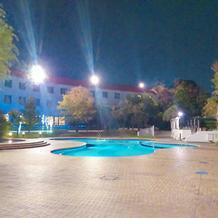 披露宴会場の外のプール