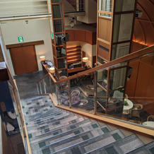 披露宴会場に通じる二階からの階段