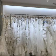 いろんなドレスを見て選べます