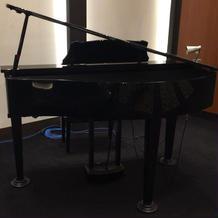 披露宴会場にピアノあり。