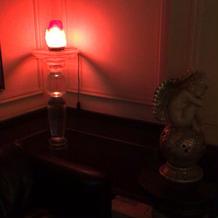 ムーディーな廊下の照明