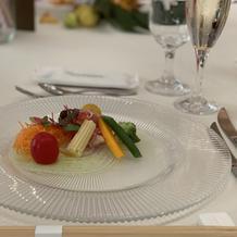 オマールエビと生ハム 色彩野菜のサラダ