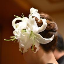 和装の髪飾りは生花の百合