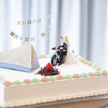 キャンプモチーフのウェディングケーキ