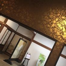 披露宴会場への道。金箔の壁