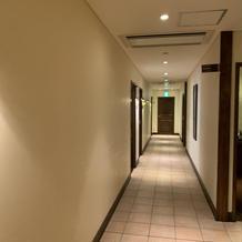 親族控室が並んでる廊下