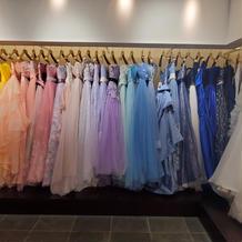 衣裳室のカラードレス。