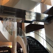 フラワーシャワーができる大階段