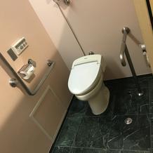 障がい者トイレ、男女トイレ各1つ