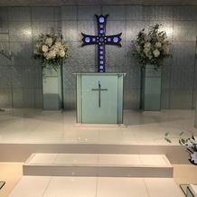 十字架の前