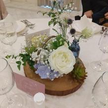 テーブル装花の前にアルコール消毒液