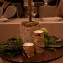 テーブル装花。木のふもと。