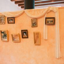 暖炉裏の壁にも写真を飾りました