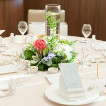 ゲストテーブルの装花は様々な飾り付け