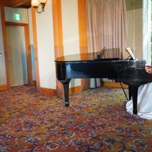 ピアノ、歌で余興
