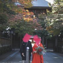 前撮りは式場近くの神社にて