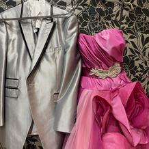 タキシードとカラードレス