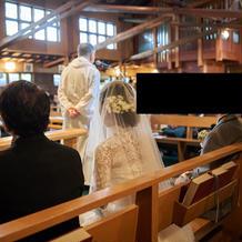 説教中は新郎新婦は脇で聴きます