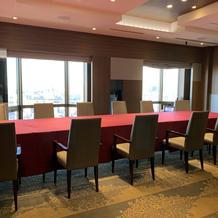 披露宴会場座席例。私達は円卓3つです。