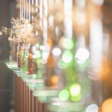 廊下 お花×ビールボトルライト