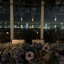 夜の披露宴会場 正面にレインボーブリッジ