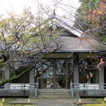 外から見た神殿への入口