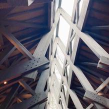 チャペルの天井部分が木造で印象的