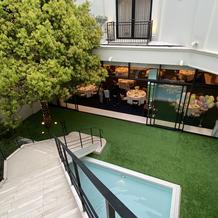 披露宴会場につながる階段、ガーデン