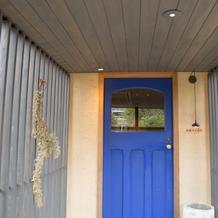 式場入口のアコルドゥブルーのドア