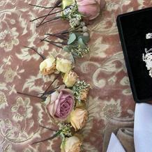 会場装花と同じ生花の髪飾り