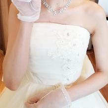 ウエディングドレス 胸元装飾アップ