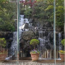 滝が綺麗なお庭付きの披露宴会場
