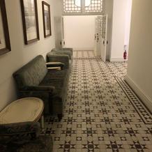 地下の着替えする部屋に続く廊下