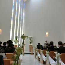 天井が高く白を基調とした素敵な挙式会場
