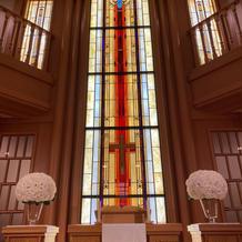 ステンドグラスに天井の高いチャペル