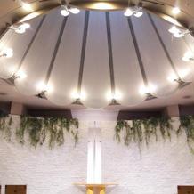 お花の形をした天井のチャペルです