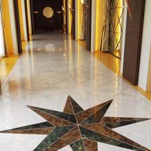 チャペルへと続く廊下は明るくて写真映え