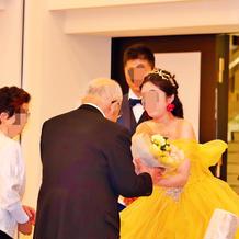 祖父母に感謝の花束贈呈