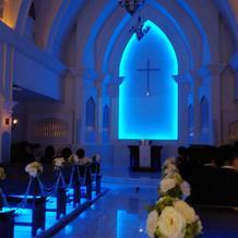 青い光に包まれる教会