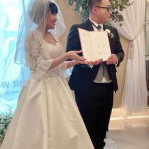 結婚証明書を持ち