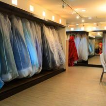 たくさんのドレスがあります!