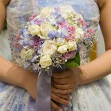 紫陽花柄ドレスに紫陽花の入ったブーケ
