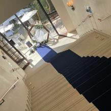入り口からパーティ会場へ降りる階段