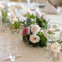 皆の顔が見えるようテーブル装花は控えめに