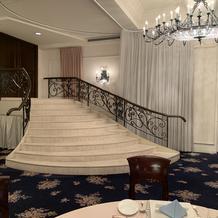 後ろにある階段から登場できる会場