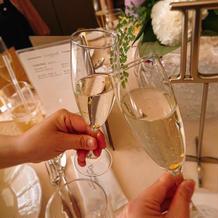乾杯用のシャンパンは金箔入り
